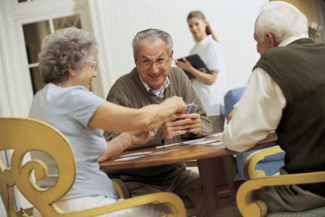 ludoterapia para ancianos jugando cartas