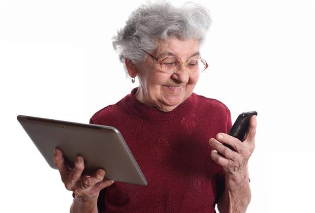 persona mayor usando apps para ejercitar la mente