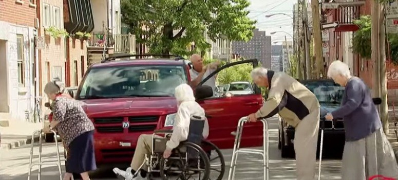Ancianos cruzando la calzada