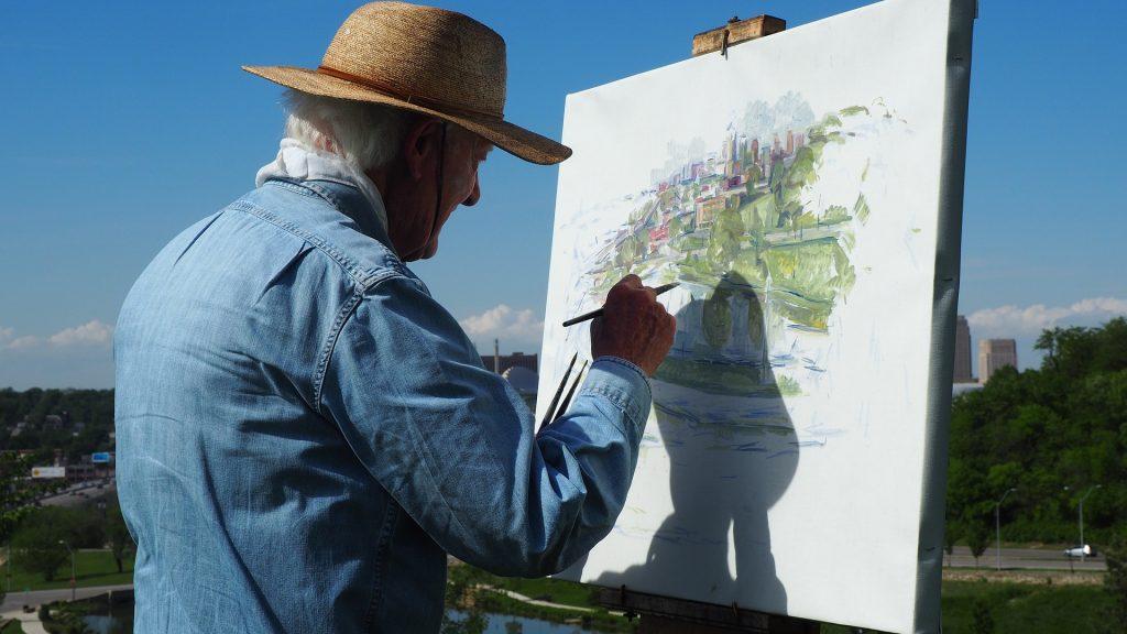 Personas de la tercera edad pintando