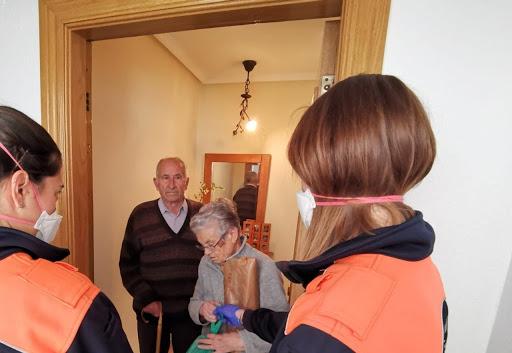 Contar con voluntarios para la compra es una de las medidas de seguridad e higiene en la tercera edad