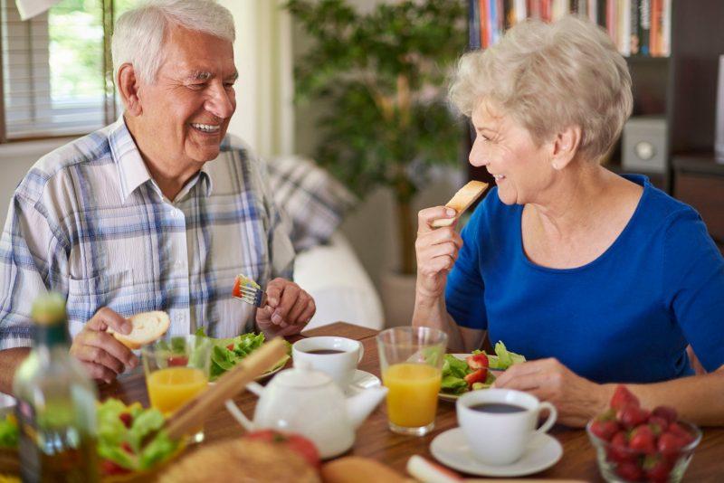 es importante tener una buena alimentación e hidratación para envejecer saludablemente