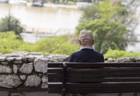 Persona mayor sintiendo la soledad en ancianos