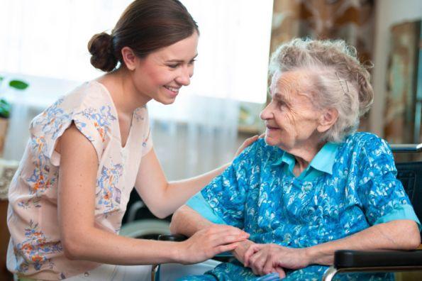 Mujer combatiendo la soledad en ancianos