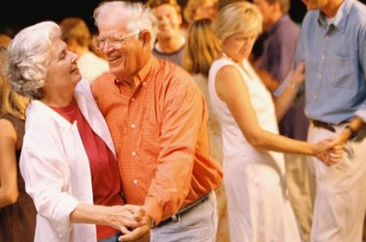 Personas de tercera edad practicando deporte y bailando