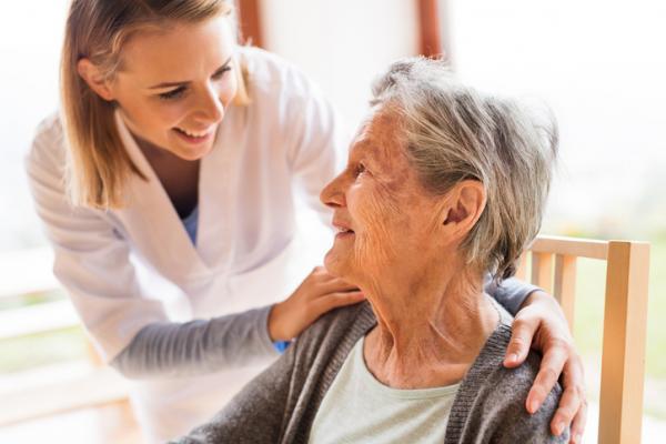 Cuidadora de una residencia de mayores con una anciana