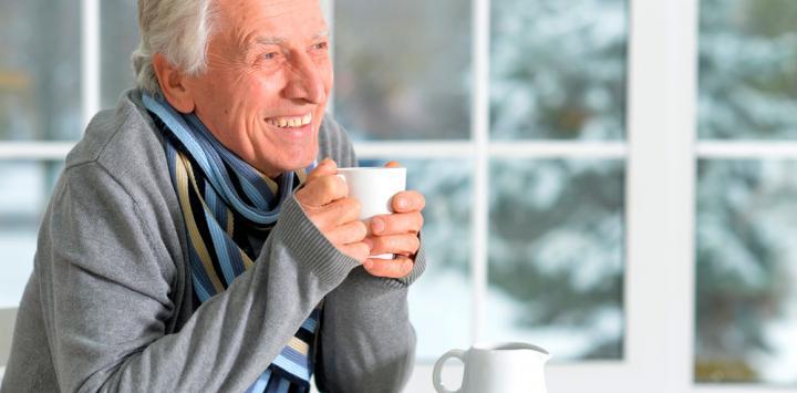 anciano tomando cafe
